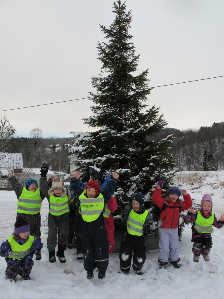 Julegrana og barnehageunga