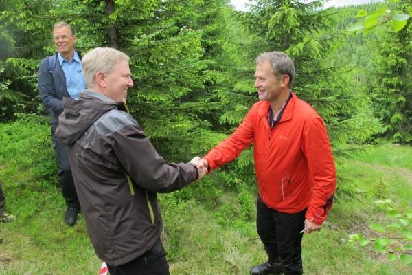 Ordfører Madsen kom med sitt folk fra Melby i Feiring, mens ordfører Baalsrud fulgte hurdølingene. Det ble et hyggelig møte ved Brurbakken før vi gikk sammen inn til Trøllkjerka