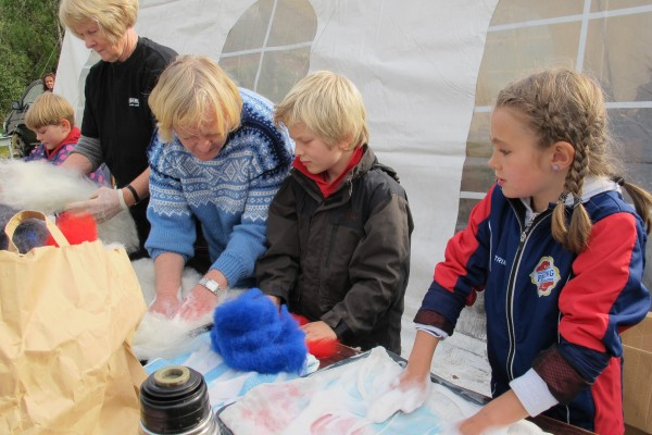 Mange fine og varme sitteunderlag ble produsert ved hjelp av ull. Her får David (8) og Ingeborg (8) gode råd av Kari Bjørnstad.