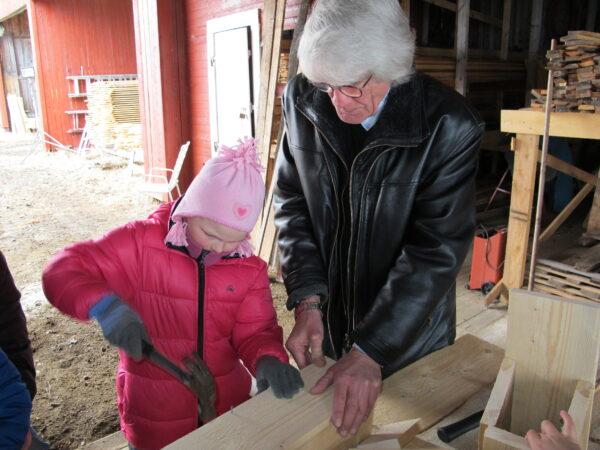Celine får god veiledning fra en ekte sagbruker, Lars Skånsar.