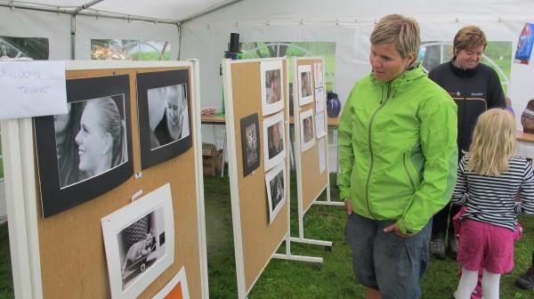Høyt nivå på innleverte bidrag til UngKunst. Her er det Jette Wiik-Stigersand som beundrer portrettfotografiene.