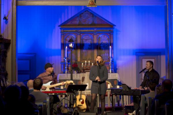 3 dyktige musikere leverte julestemning i Feiringkirka