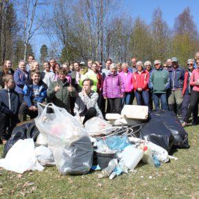 Unge og eldre plukket søppel