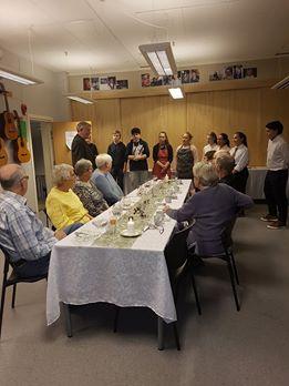 Arbeidslivfag-gruppa ved Feiring skole inviterte pensjonistene på middag