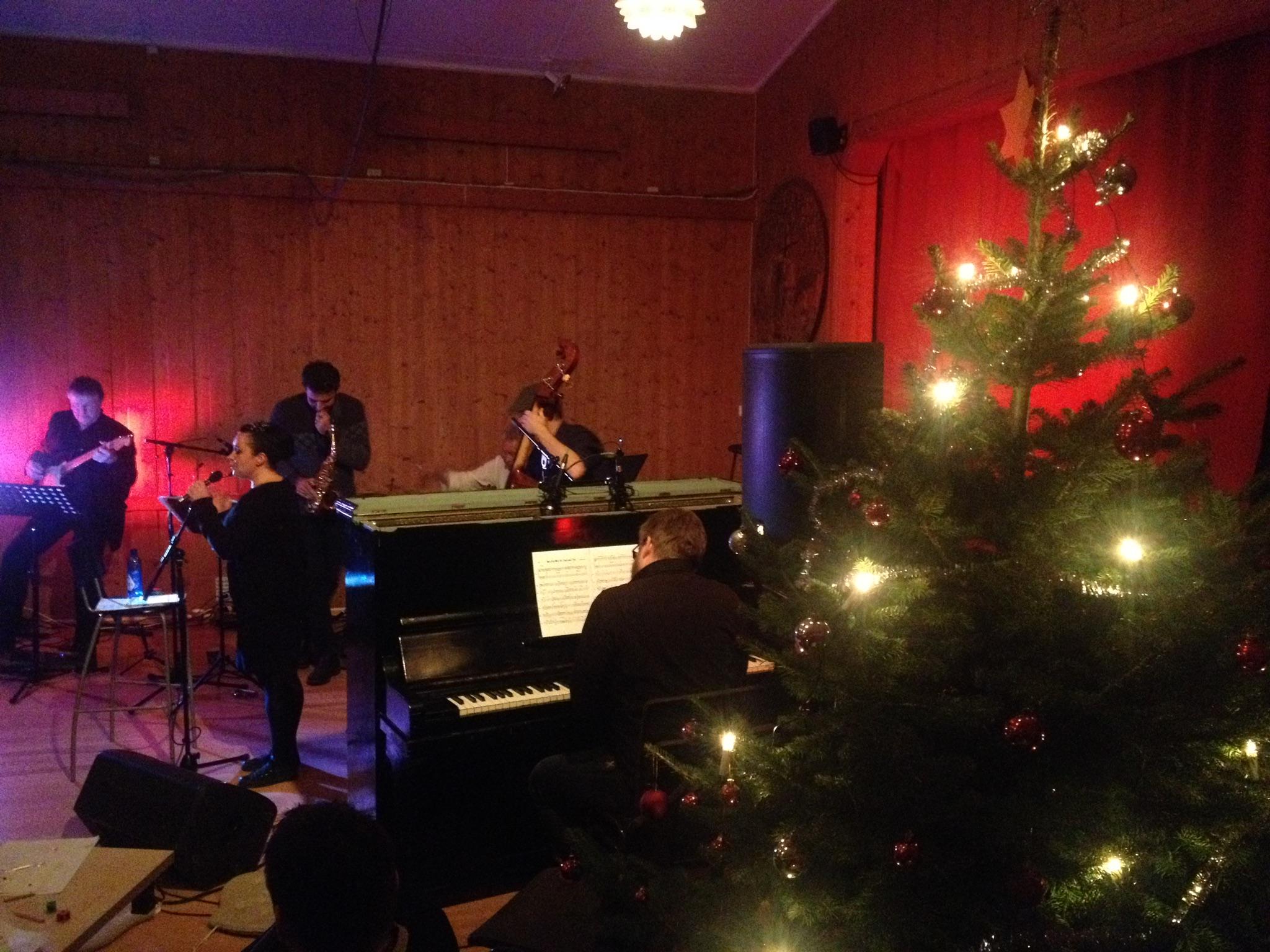 Lokale musikere spiller jula inn på Fløygir