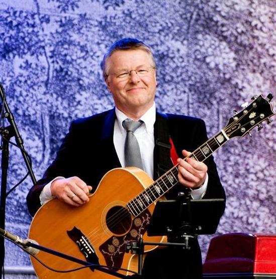 Rune Melby synger  og spiller på  pensjonist-julemøte